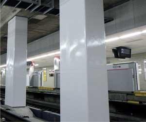 地下鉄駅における柱の耐震補強状況