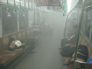 車内に煙が充満した写真