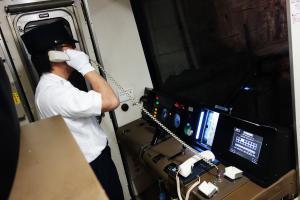 乗務員が輸送指令所に通報している写真