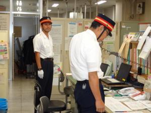 駅職員が各関係先へ通報している写真