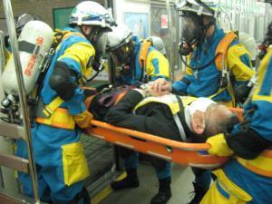 重傷者を救助している写真