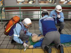 消防士による心肺蘇生の写真