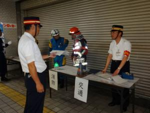 お客さまの避難誘導及び救出完了を合同指揮本部に報告している写真